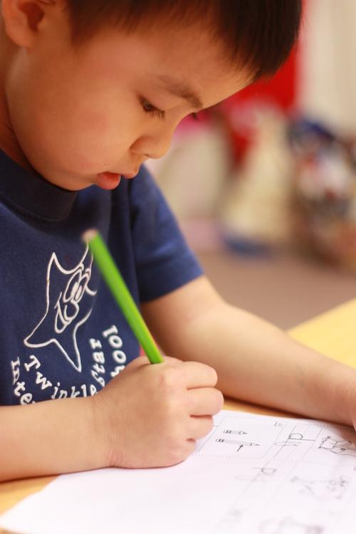 幼稚園からの宿題。真剣なまなざしで取り組む。_d0258334_20365288.jpg
