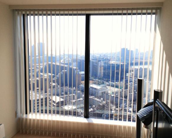 マンションの窓に、タテ型ブラインドをお取付。_c0157866_1854171.jpg