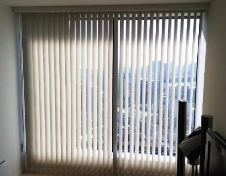 マンションの窓に、タテ型ブラインドをお取付。_c0157866_1854538.jpg