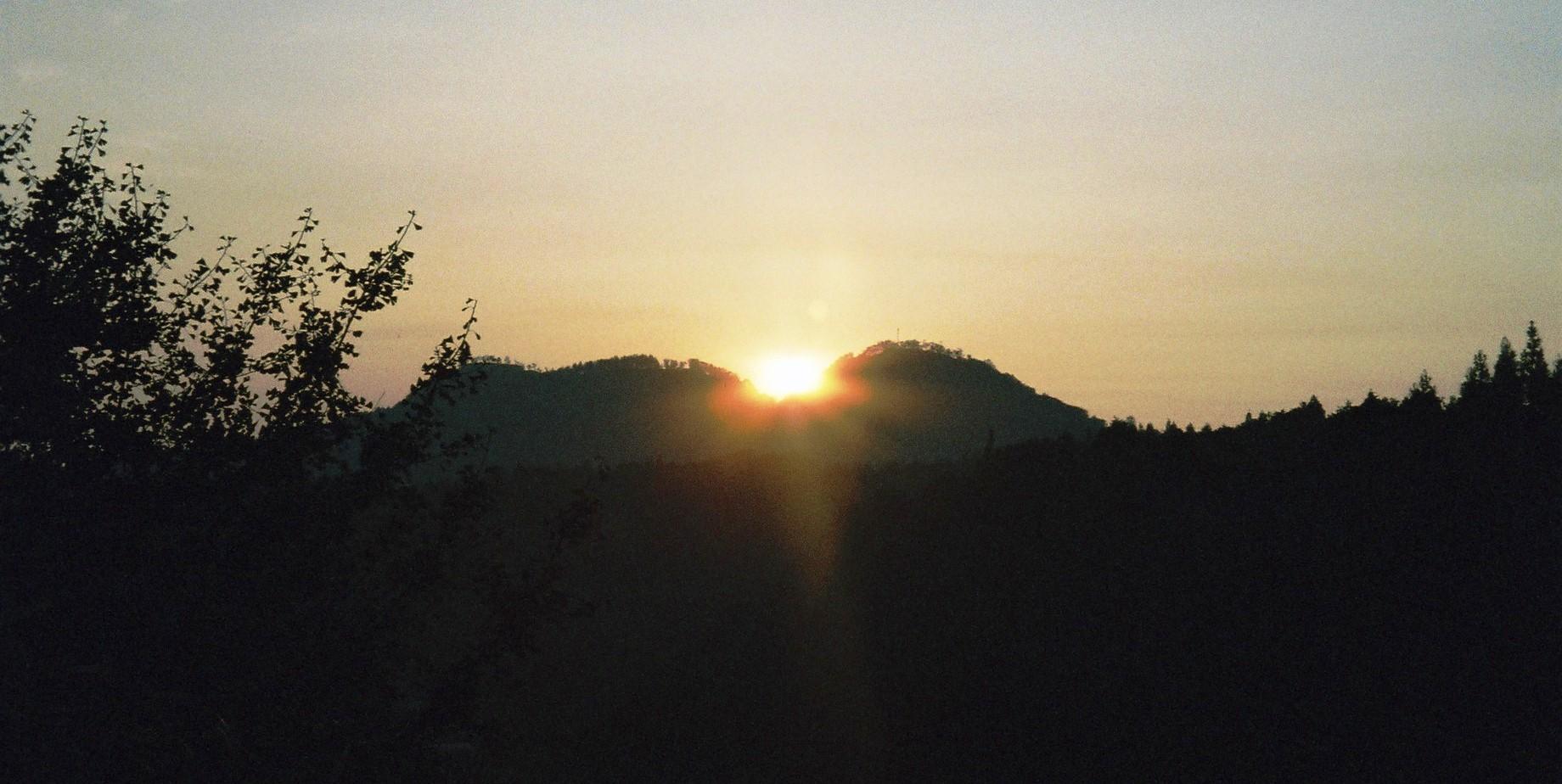 聖なるお山・・「白鹿山」から昇る朝陽_a0174458_14481783.jpg
