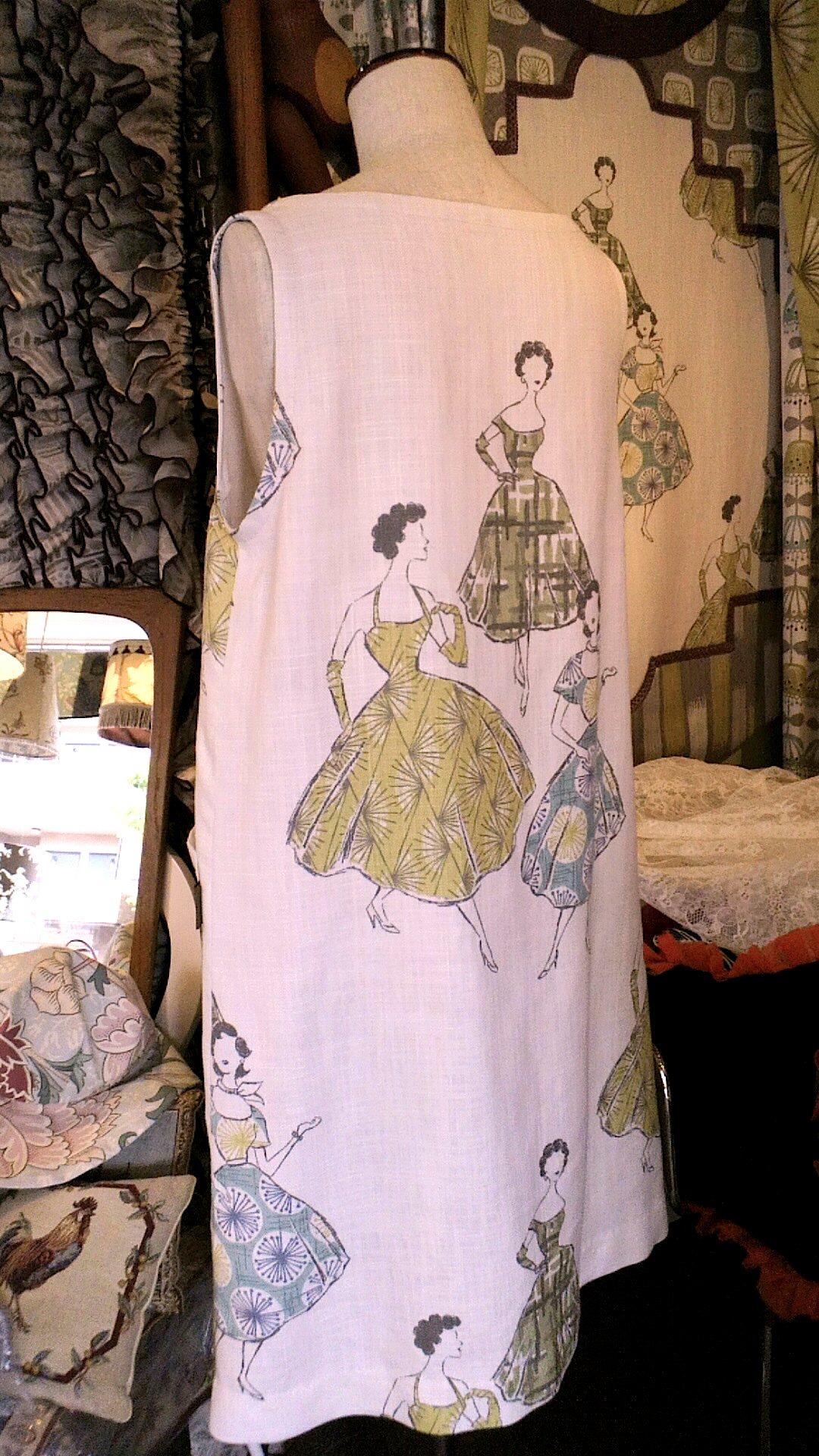 イギリス「Villa  Nova」のカーテン生地で作ったドレス_c0157866_1938116.jpg