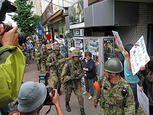 自衛隊の市街地レンジャー訓練 渋谷区の野宿者追い出し 281_anti nuke スティッカー_a0188487_1012643.jpg