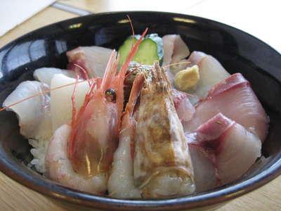 海鮮丼ぶりの「香住丼スペシャル」ネタが11並びます _d0135908_0493147.jpg