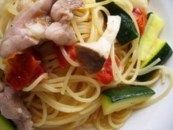 6/27本日のパスタ:鶏肉とズッキーニ・ドライトマトのスパゲティ_a0116684_1145314.jpg