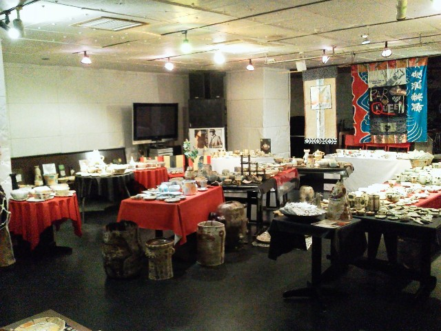 本日11:00~箱崎りえ陶器展 店内はこんな感じでお待ちしてます!_d0115919_2224726.jpg