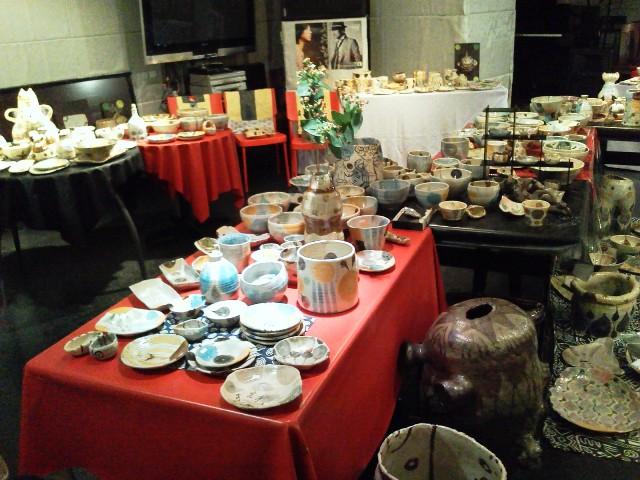 本日11:00~箱崎りえ陶器展 店内はこんな感じでお待ちしてます!_d0115919_223265.jpg
