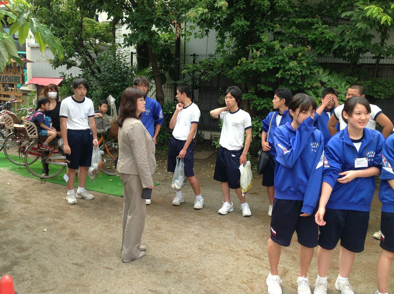 中学生が整列していると、早速気になっている子ども達。 川崎ふたば幼稚園ブログ