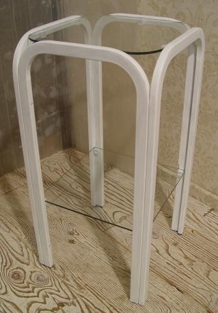 小ぶりな白ペンキ仕上げ・ガラスの台 _a0096367_1932571.jpg