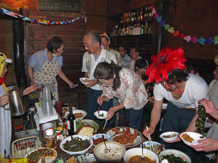 モモちゃんの満80歳の誕生日を侘助の常連が祝福(6・30)_c0014967_10303991.jpg