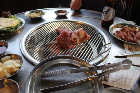 麻浦の豚焼き肉横丁で、ディープに更けゆく夜_a0223786_1584487.jpg