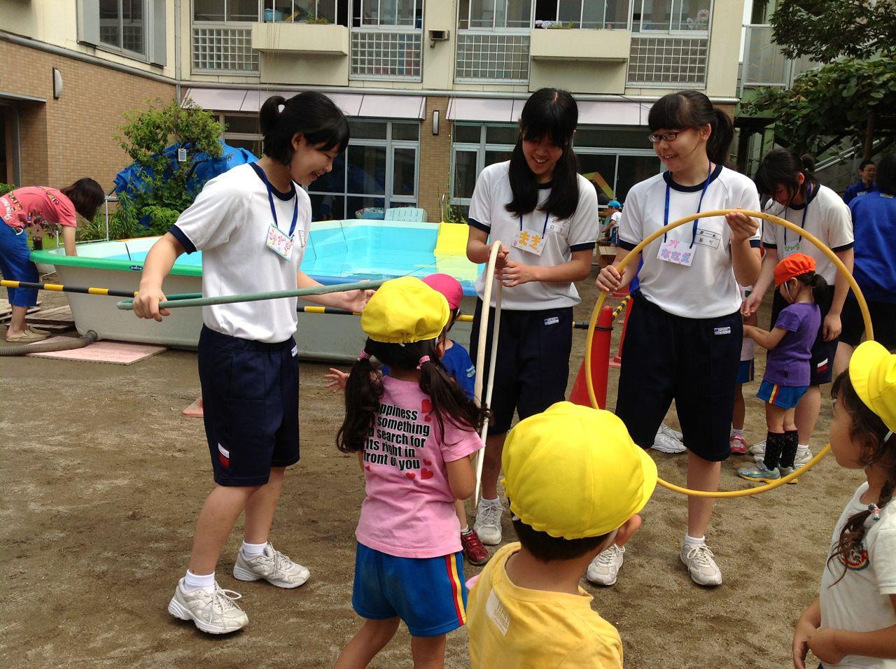 中学生のお姉さんも回してみせてくれました。 川崎ふたば幼稚園ブログ