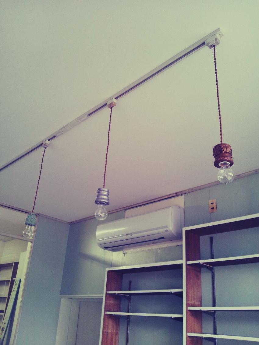 照明の取り付けと調剤室の床板調達_c0246783_21572486.jpg