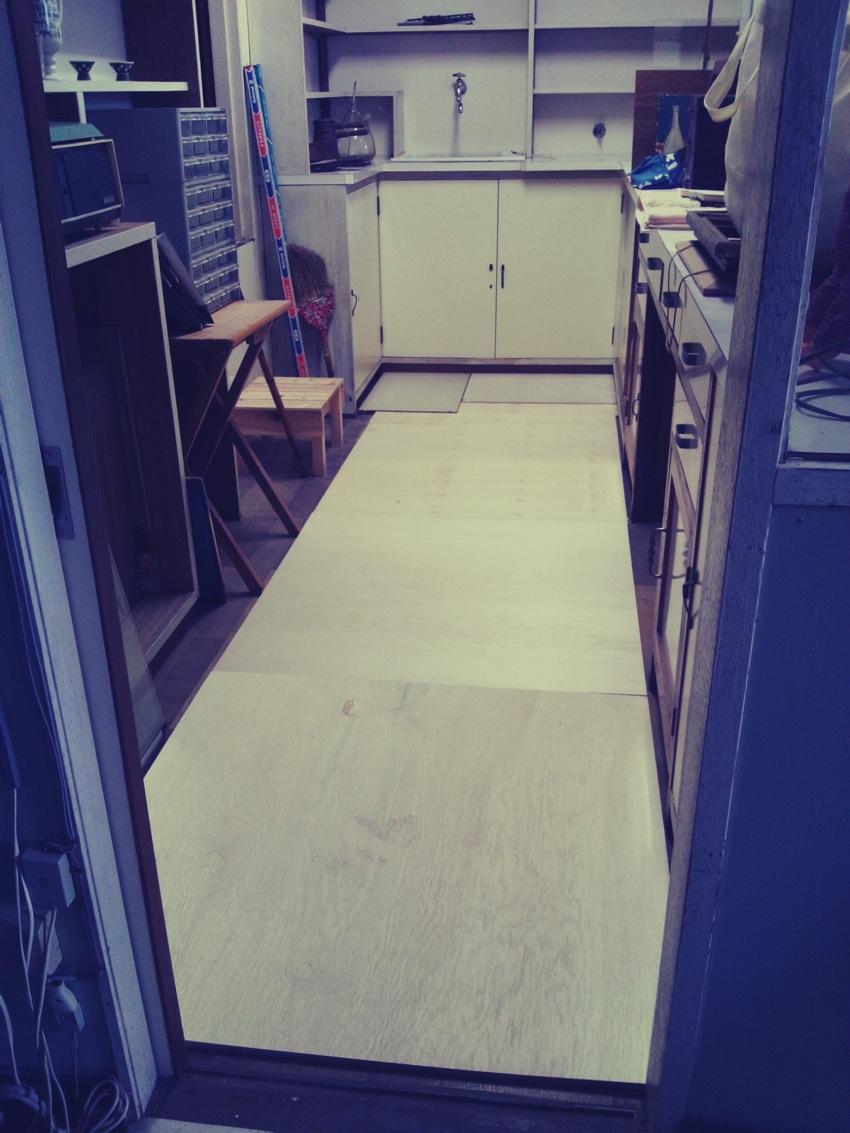 照明の取り付けと調剤室の床板調達_c0246783_2215847.jpg
