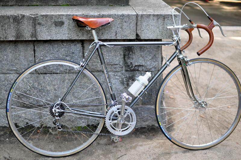 自転車の 自転車 塗装 : ... 再塗装がおこなられている
