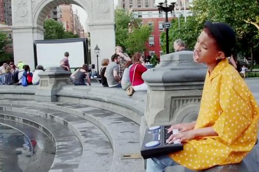 11歳の女の子(ウィル・スミスさんの娘さん)がニューヨークの街角で歌うミュージック・ビデオ I Am Me_b0007805_8593693.jpg