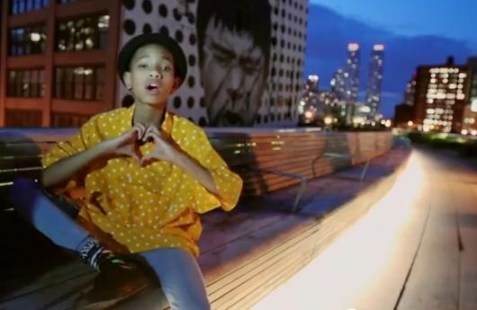 11歳の女の子(ウィル・スミスさんの娘さん)がニューヨークの街角で歌うミュージック・ビデオ I Am Me_b0007805_859444.jpg