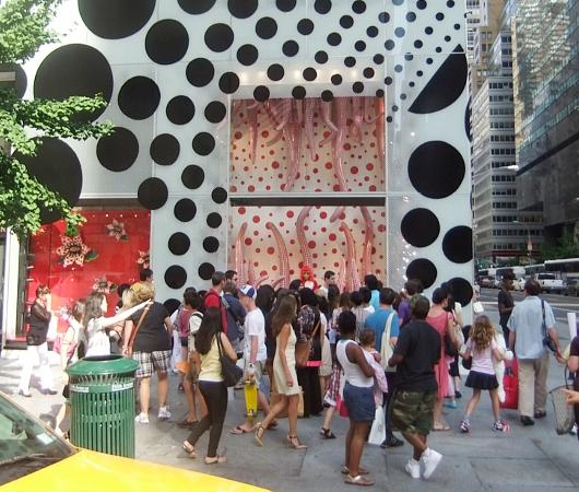 草間彌生さんとルイ・ヴィトンがニューヨーク旗艦店でキャンペーン_b0007805_13411431.jpg