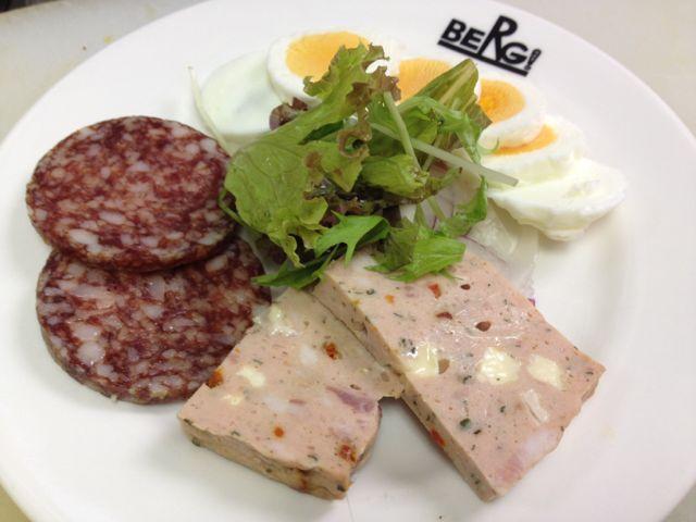本日のおつまみはサラミとピッツァケーゼ、自然卵のゆで卵サラダの盛り合わせ、エスニックグリルポークです!_c0069047_17473794.jpg