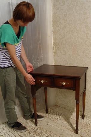 濃い茶色・木製引き出し付き・小ぶりなデスク 入荷!_a0096367_2013991.jpg