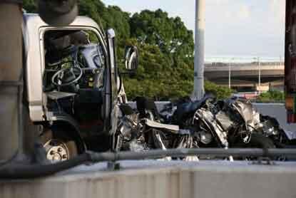 『首都高で追突され、税関職員4人死亡・2人重傷』 / トラックが一番安全!?_b0003330_1491781.jpg