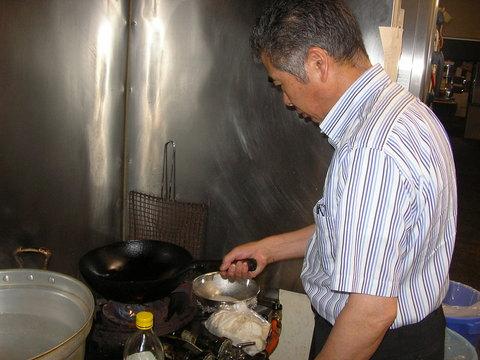 夜の調理場にて夜食を作る社長。_d0182179_210368.jpg