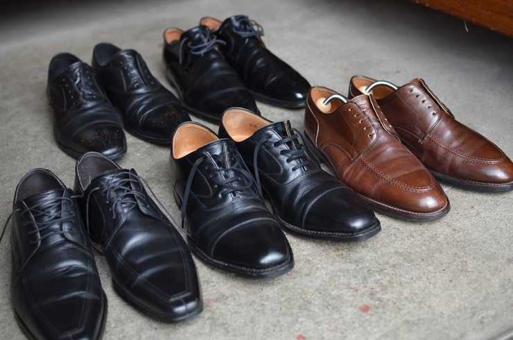 茶色の靴につけてあるバネ式の ...