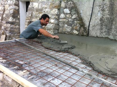 石窯作業更に進行中~アントネッロの「自分で石窯を作る」_f0106597_3264132.jpg
