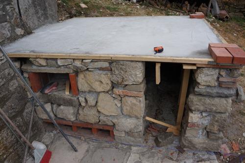 石窯作業更に進行中~アントネッロの「自分で石窯を作る」_f0106597_327065.jpg