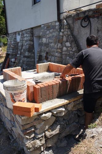 石窯作業更に進行中~アントネッロの「自分で石窯を作る」_f0106597_3321370.jpg