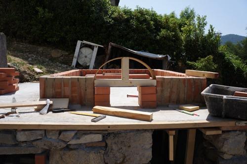 石窯作業更に進行中~アントネッロの「自分で石窯を作る」_f0106597_3331456.jpg