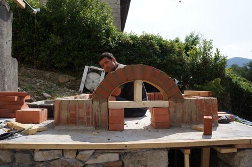 石窯作業更に進行中~アントネッロの「自分で石窯を作る」_f0106597_334119.jpg
