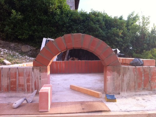 石窯作業更に進行中~アントネッロの「自分で石窯を作る」_f0106597_3343434.jpg