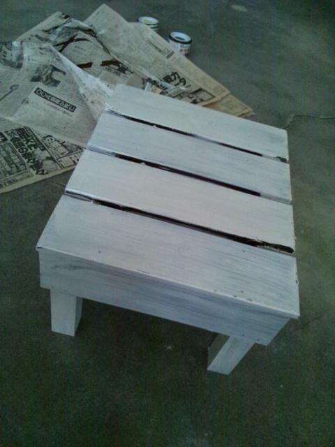 本を経費で。そしてペンキの残りで白く白く。_c0246783_2074350.jpg