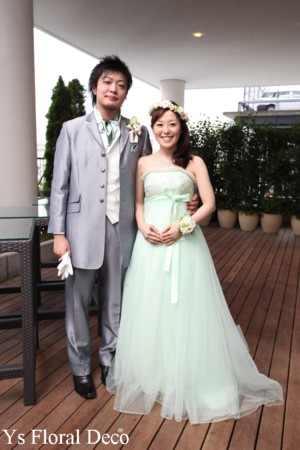 お色直しに花冠とリストレット 薄いグリーンのドレスに_b0113510_2325347.jpg