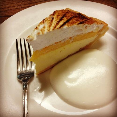 レモンパイとピーチのショートケーキ。_e0060555_18543622.jpg