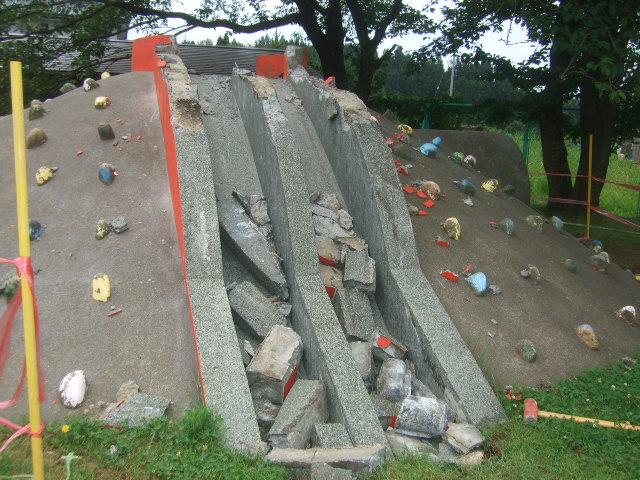 築山の滑り台 直しています_d0166047_15542148.jpg