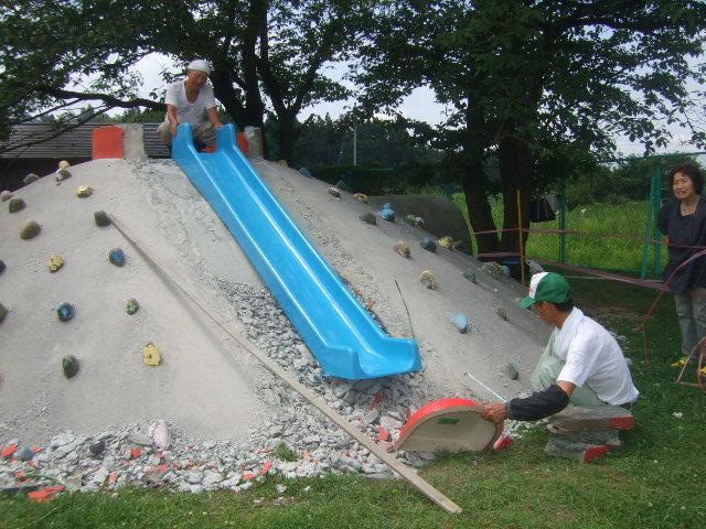築山の滑り台 直しています_d0166047_15552712.jpg