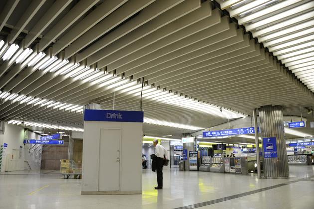 関西は節電意識まるでなし?仰天のJR新大阪駅_e0171573_2183381.jpg