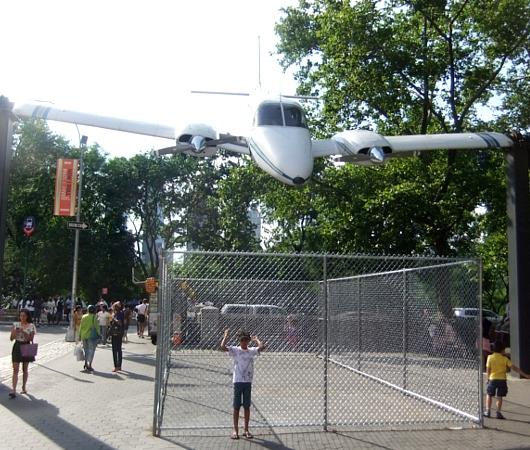 本物の飛行機を使ったパブリック・アート How I Roll_b0007805_21453643.jpg