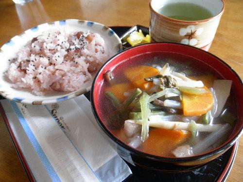 くじら汁と甘納豆の赤飯のセット@茶房菊泉。_d0156358_17162040.jpg