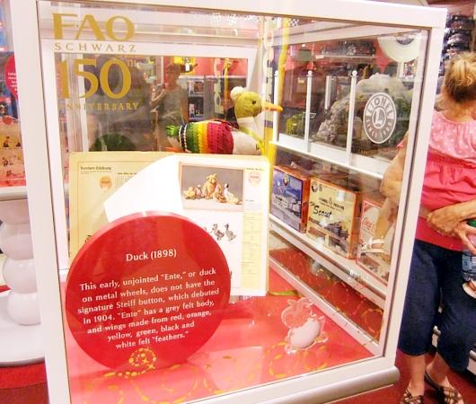 ニューヨーク最古のおもちゃ屋さん、FAOシュワルツが150周年記念展を開催中_b0007805_4183611.jpg