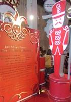 ニューヨーク最古のおもちゃ屋さん、FAOシュワルツが150周年記念展を開催中_b0007805_4184760.jpg