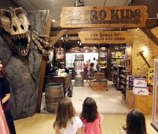 ニューヨーク最古のおもちゃ屋さん、FAOシュワルツが150周年記念展を開催中_b0007805_4204959.jpg