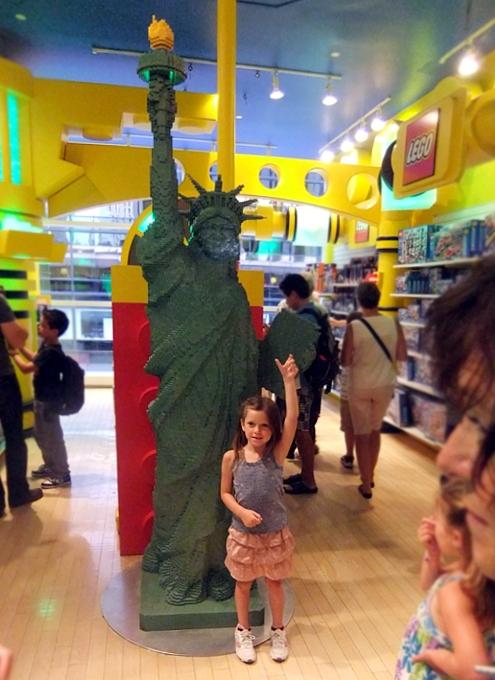 ニューヨーク最古のおもちゃ屋さん、FAOシュワルツが150周年記念展を開催中_b0007805_4212311.jpg