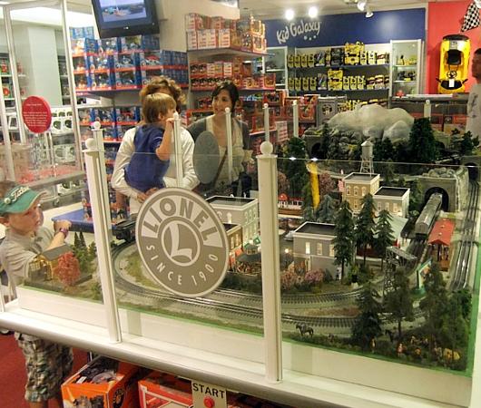ニューヨーク最古のおもちゃ屋さん、FAOシュワルツが150周年記念展を開催中_b0007805_425326.jpg