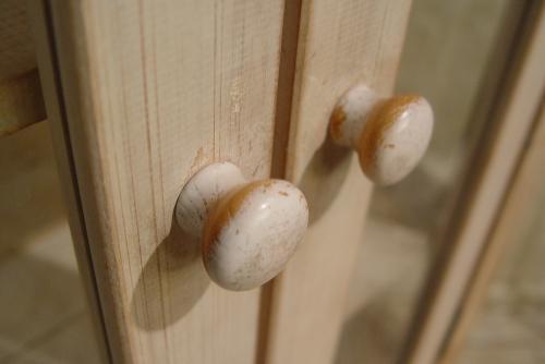 ペンキの剥げた白いガラスキャビネットと木の棚 入荷!!_a0096367_21102619.jpg