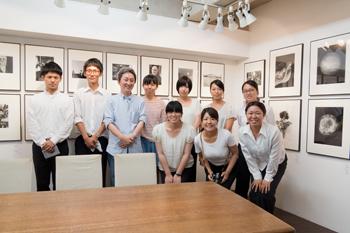 monochrome VI 「TOKYO」展、今日は一日在廊、夕方には大坂から学生さんの集団が!_b0194208_22231435.jpg