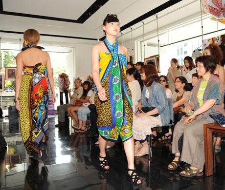 タンザニアのアートとクラフ卜展 2012で名古屋ファッション専門学校のショー_b0110019_1718476.jpg