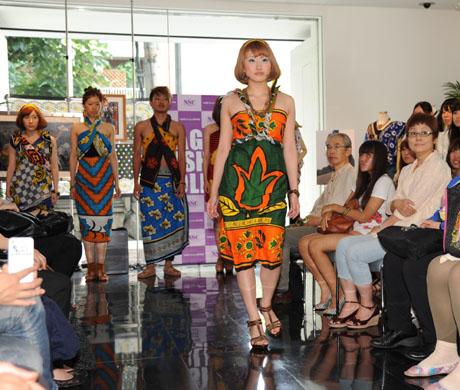 タンザニアのアートとクラフ卜展 2012で名古屋ファッション専門学校のショー_b0110019_1718521.jpg