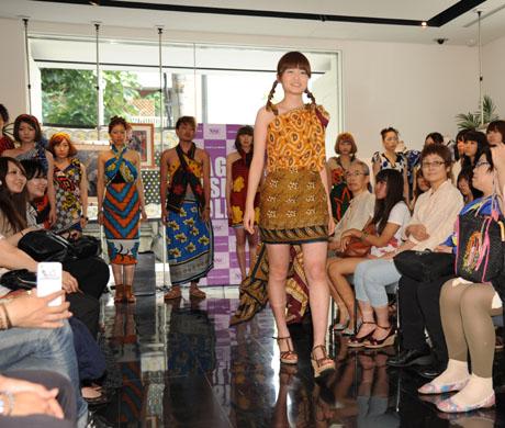 タンザニアのアートとクラフ卜展 2012で名古屋ファッション専門学校のショー_b0110019_17185665.jpg